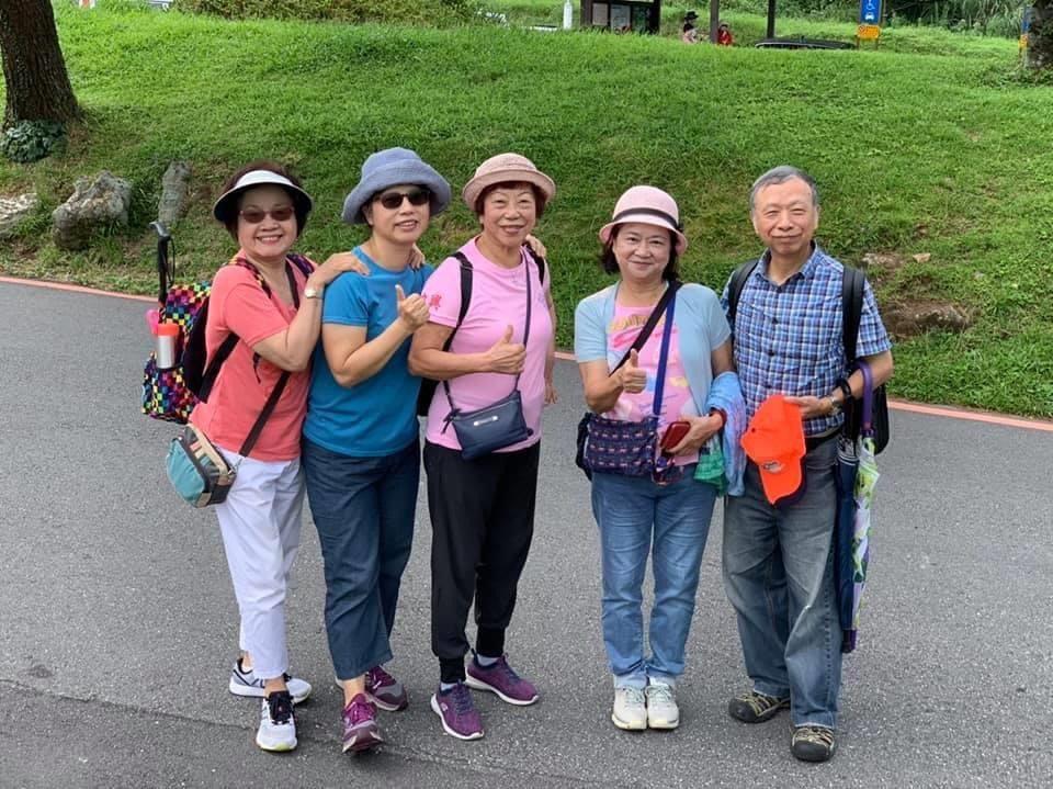 連寬寬自校長退休後,維持每天健走6000至8000步的習慣,還會和其他校長姐妹結...