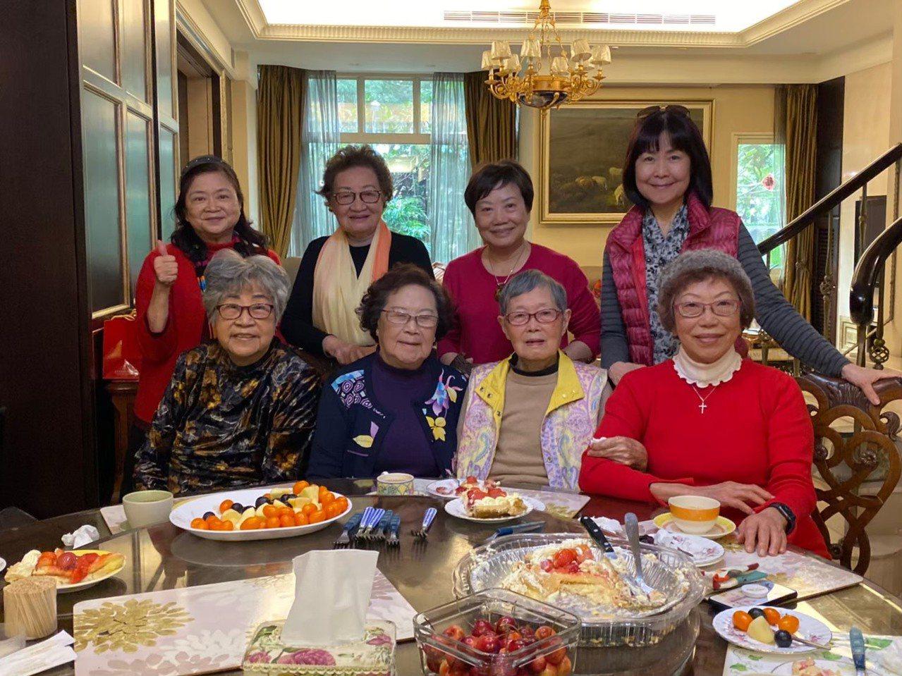 連寬寬經常與10位姐妹校長聚會討論教育工作,友情已長達40年,最年長的校長已經1...