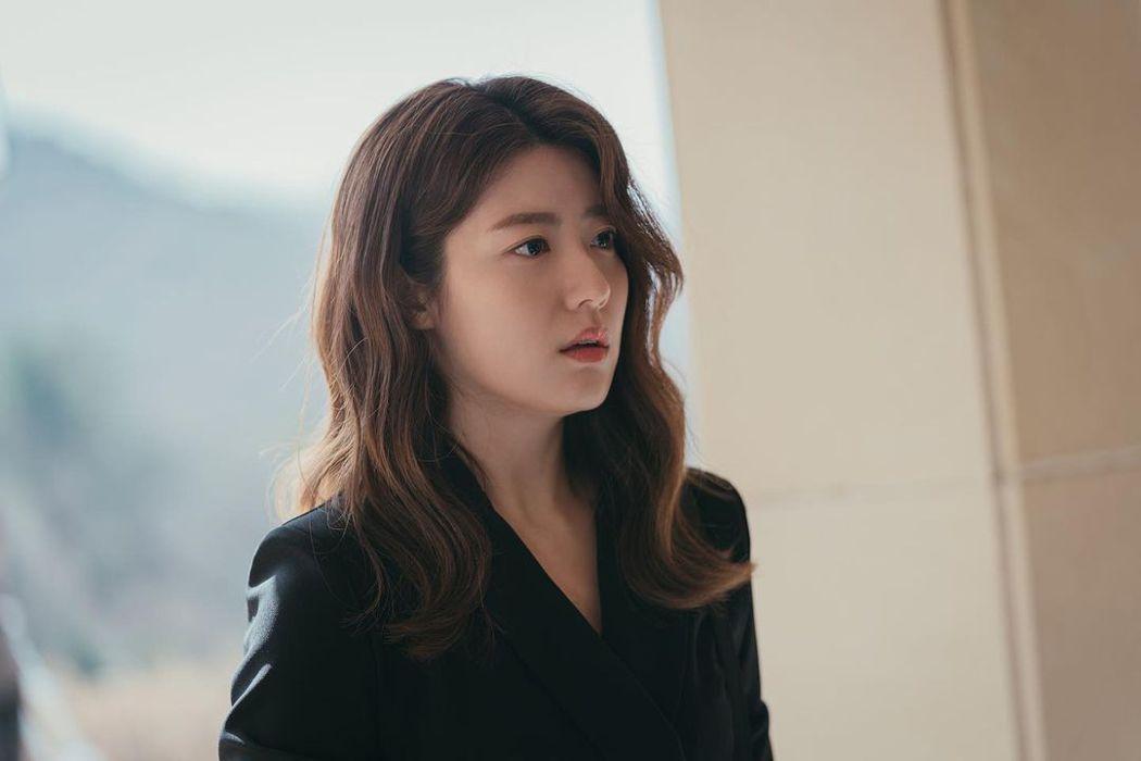 韓國愛情劇主角通常是「傻呼呼追愛小資女」。她們雖然善良天真,但在某個意義上,有些短視——她們所有努力都是為了贏取多金男性的愛情,她們的溫柔體貼也僅限於身邊家人朋友的幸福。  圖/取自friDay影音