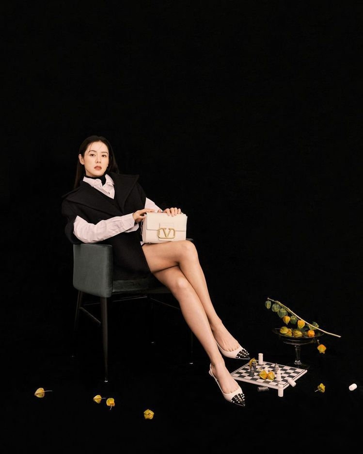 孫藝真詮釋VALENTINO秋冬新包款,以修長美腿成為畫面焦點。圖/取自IG