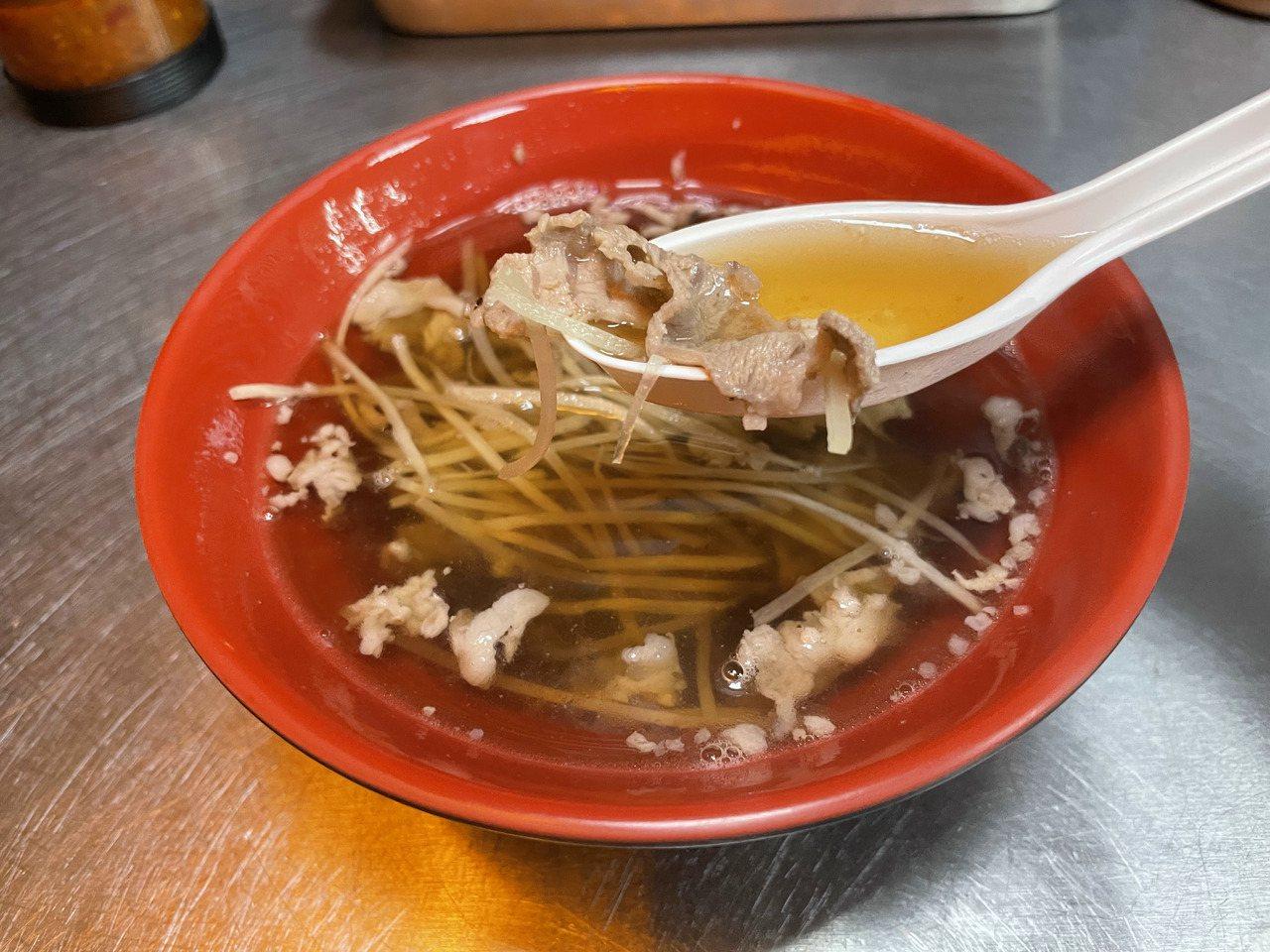 「渡三餐」的當歸羊肉湯清爽回甘,羊肉軟嫩,藥材味濃淡適中。 圖/楊湛華 攝影