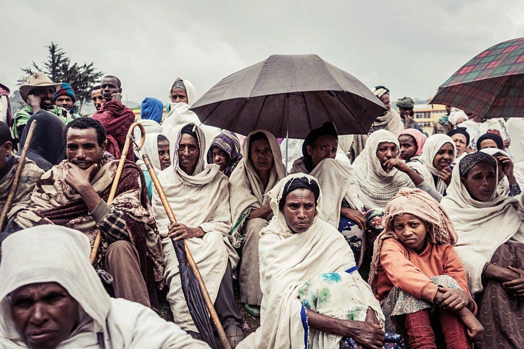 戰爭由提格雷州蔓延到衣索比亞其他州,圖為流離失所、逃離戰亂的境內難民。 圖/...