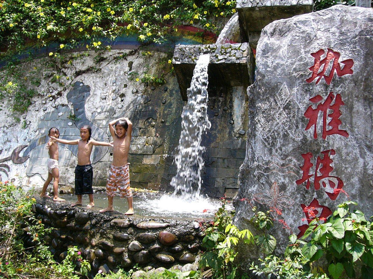 茶山部落造景簡單,馬路旁就有小型噴泉供小朋友戲水。  圖/熊迺祺 攝影