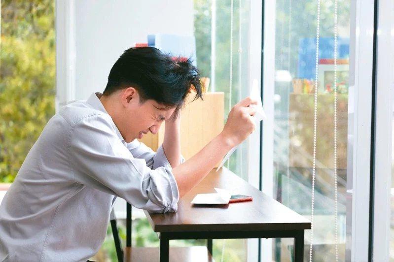新冠肺炎疫情燒不停,不少青壯年的工作、經濟受衝擊,收入銳減影響生活,造成壓力而引...