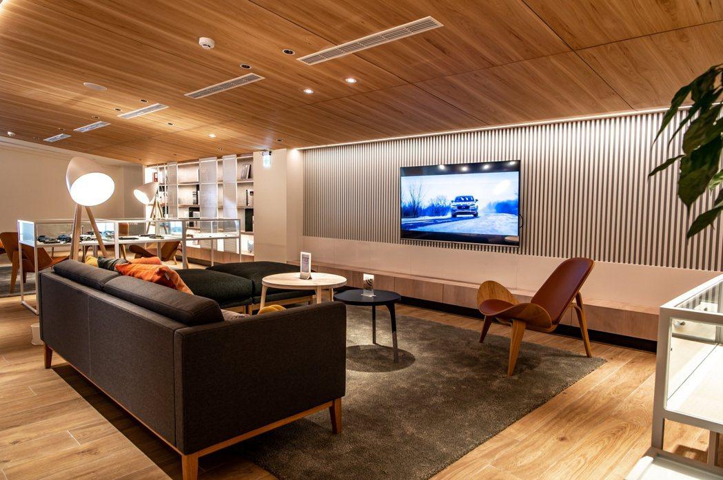 展間二樓配色用料取自原始自然元素,以溫潤木質色調及適量留白貫穿整體,北歐設計款家...