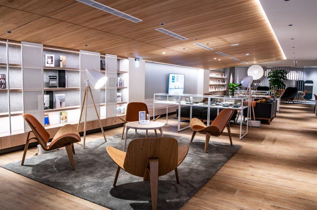 展間二樓的客休區以溫潤木質色調及適量留白貫穿整體,北歐設計款家飾點綴其中。 圖/...