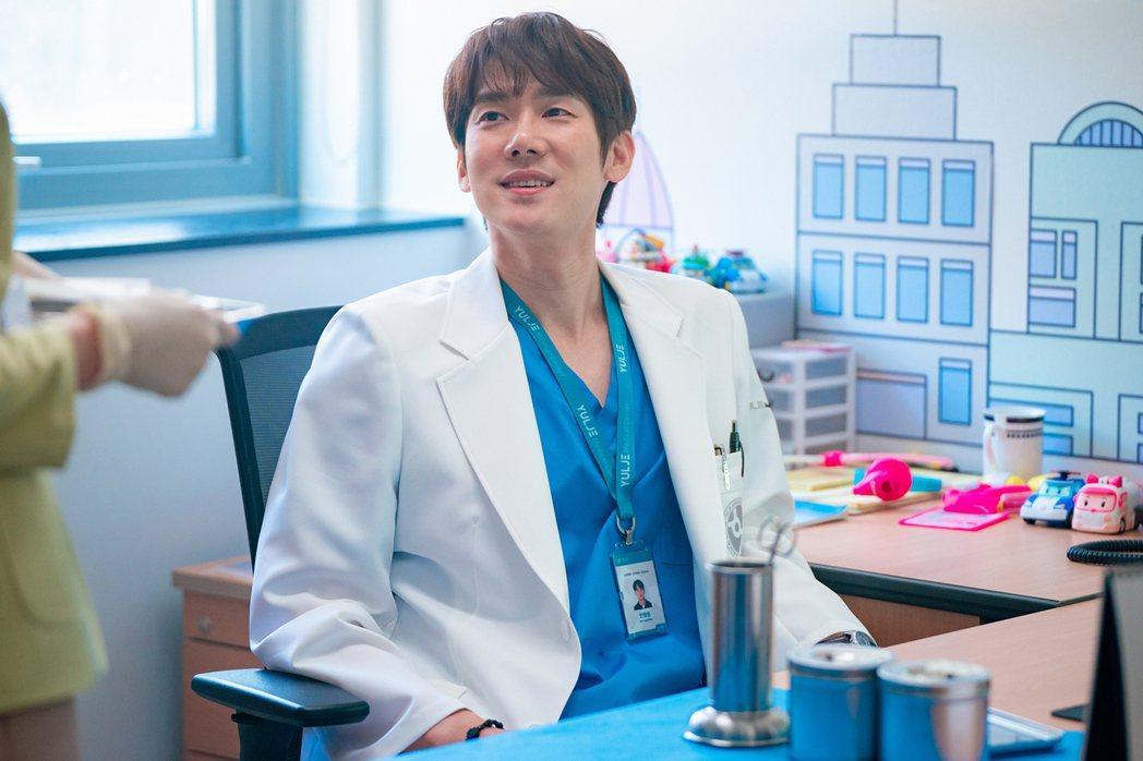「機智醫生生活」第2季依舊溫馨感人,是疫情期間最療癒的戲劇,圖為飾演「安政源」的...