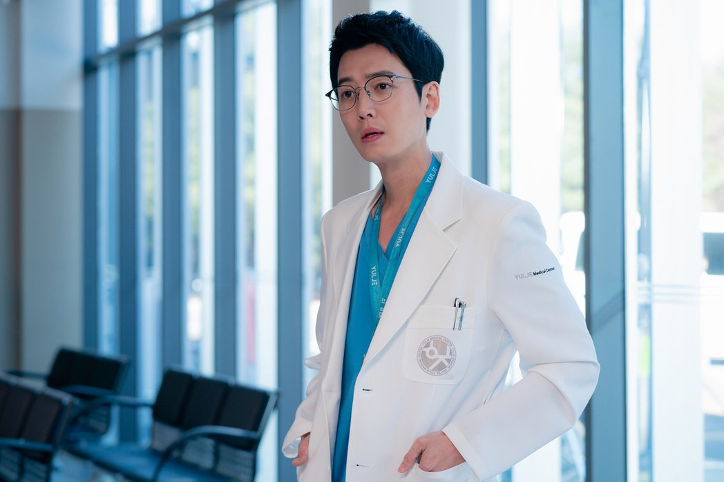 「機智醫生生活」第2季依舊溫馨感人,是疫情期間最療癒的戲劇,圖為飾演「金雋婠」的...