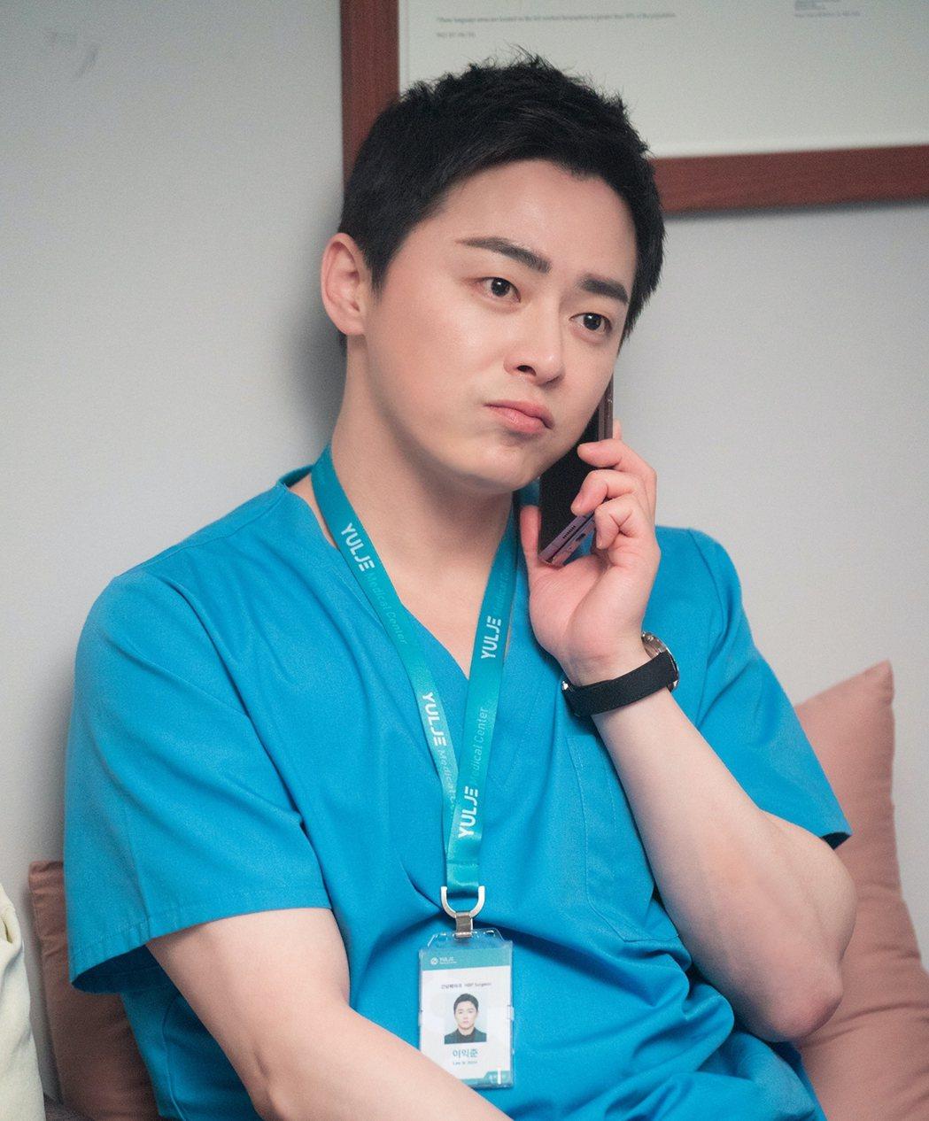「機智醫生生活」第2季依舊溫馨感人,是疫情期間最療癒的戲劇,圖為飾演「李翊晙」的...