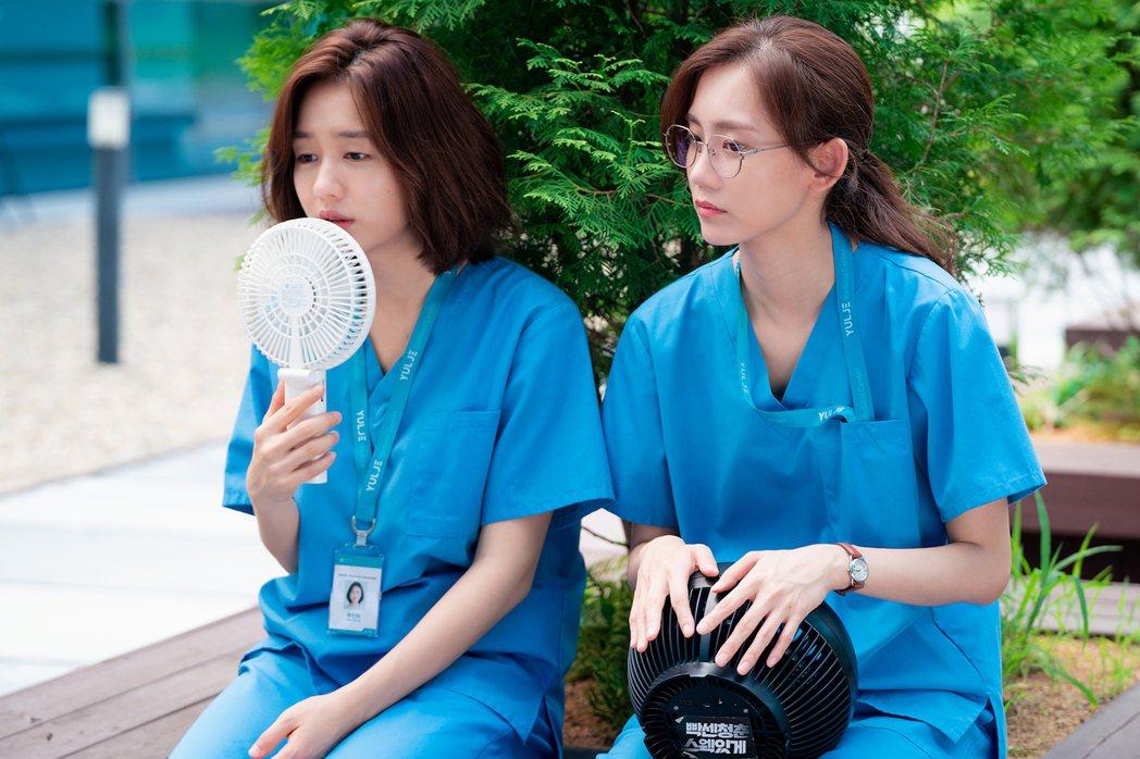 「機智醫生生活」第2季依舊溫馨感人,是疫情期間最療癒的戲劇,圖為「秋敏荷」與「張...
