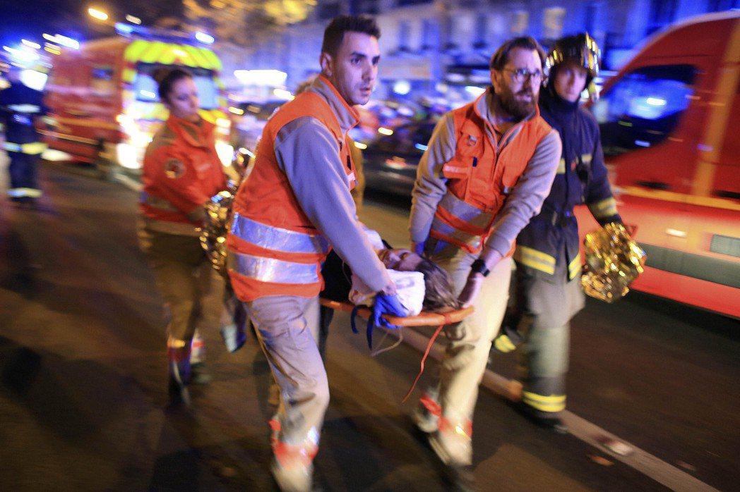 球場外的攻擊行動還在繼續,當時巴黎市中心正災遭遇連環攻擊,警方無法判斷球場外還有...