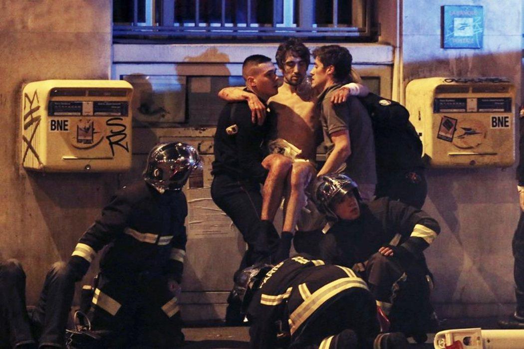 當時恐怖份子針對正在舉行足球賽的法蘭西大球場、巴黎10區與11區的大街餐廳,以及...