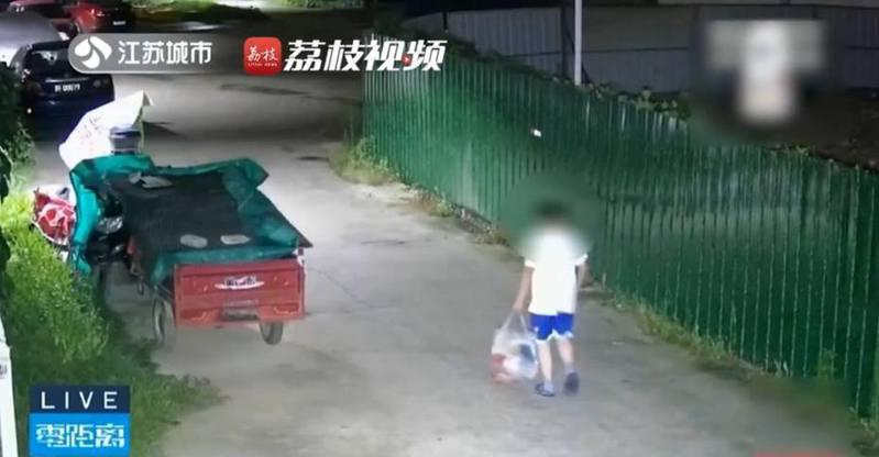大陸一名母親責罵孩子「不讀書以後只能撿垃圾」,沒想到兒子竟真的跑去街上,體驗撿垃圾生活。 圖/微博影片截圖