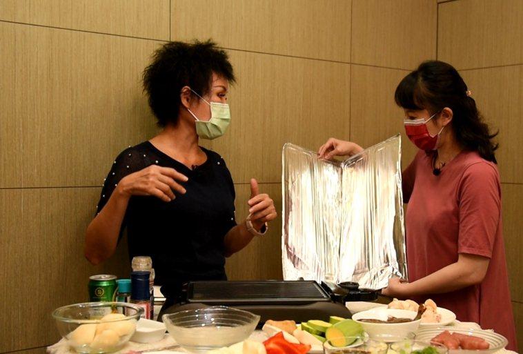 譚敦慈建議可準備一張鋁箔罩把電烤盤的四周圍起來,才不會噴的到處都是。圖/江家全攝...