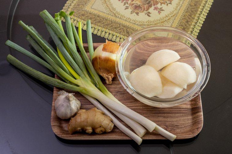 烤肉沾醬料最好以大量抗癌及抗氧化的蔥、薑、蒜、洋蔥、水梨(磨成泥),少量醬油,適...