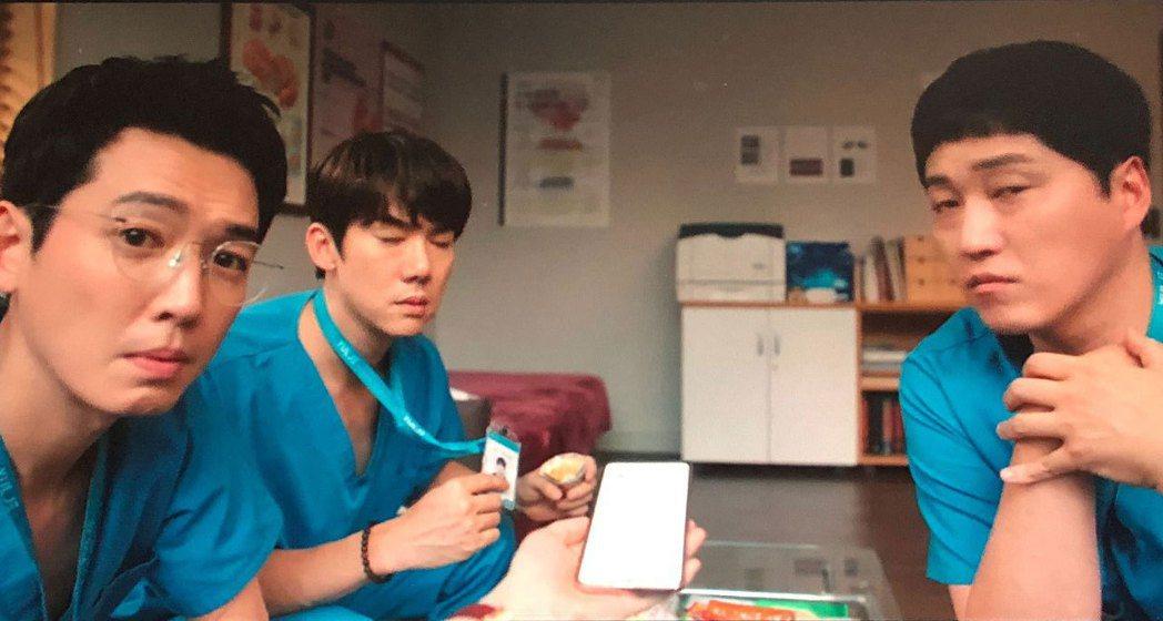 蔡頌和透露與李翊晙交往ing,醫生好友們完全不敢置信。圖/摘自Netflix