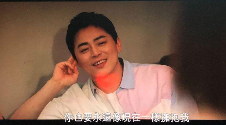 李翊晙看著女友蔡頌和唱歌,即便走音,對他來說也是天籟。圖/摘自Netflix