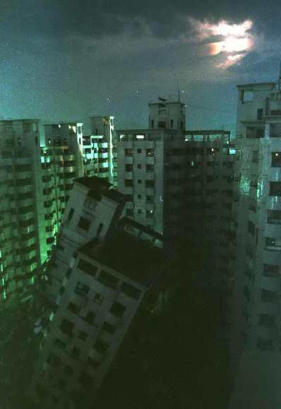 震後第三天的中秋夜,台中金巴黎倒塌的大樓靜靜的躺在月光下,漆黑的大樓與明亮的月光形成強烈的對比。圖/聯合報系資料照片