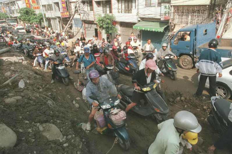 豐原往東勢的道路在地震3天後才搶通,但只有一線道且崎嶇難行,而關心親人的居民一早即趕赴東勢造成車輛回堵。圖/聯合報系資料照片