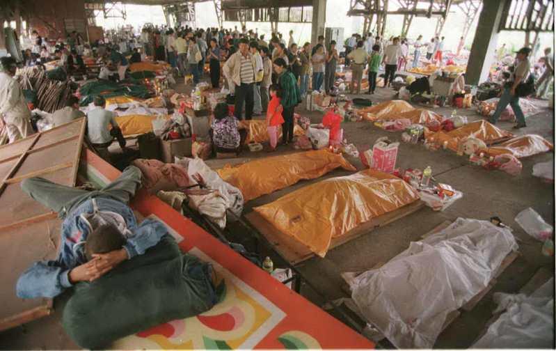 台中東勢鎮數百具罹難者遺體暫時存放在林務局大雪山林管處舊廠房,部份民眾無家可歸,乾脆也睡在廠房內,形成死人與活人同處一處的場景。圖/聯合報系資料照片