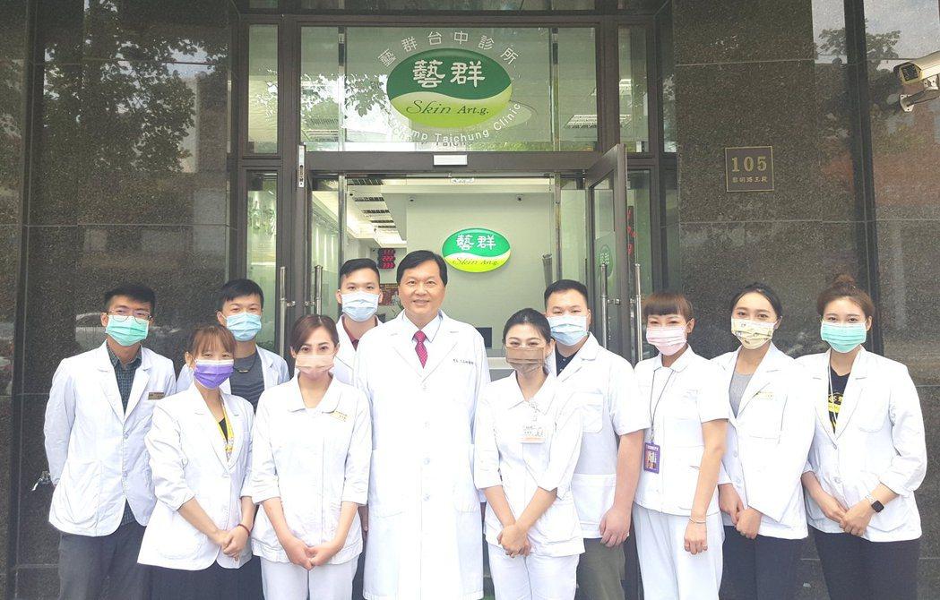 王正坤醫師(中)表示,聚焦在醫療的核心價值,也就是醫學知識、技術與誠信,就可以產...