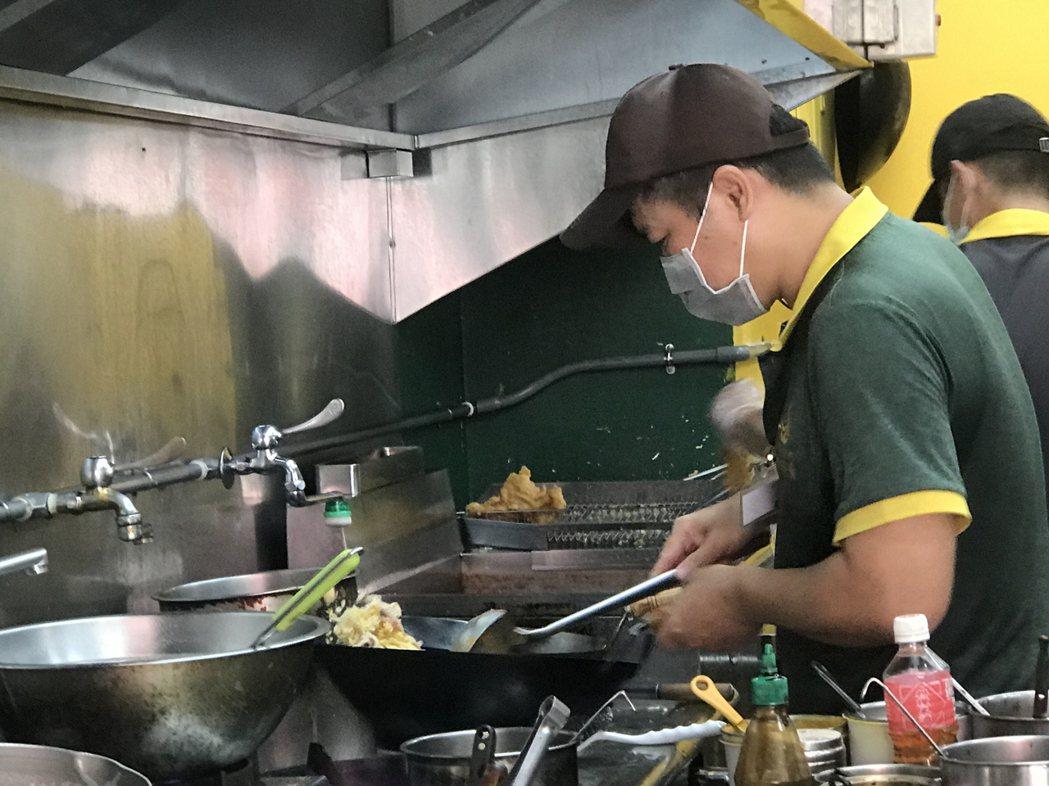 阿雄運用課程所學利用多元食材,透過不同的料理方式,烹調出來的泰式料理擄獲客人味蕾...
