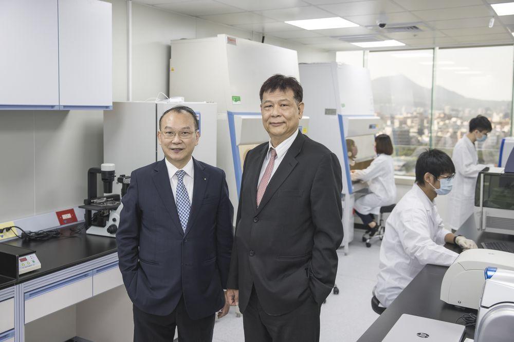 天明製藥董事長王伯綸(左)與精準生技董事長葉明功於天明精準檢測實驗室合影。