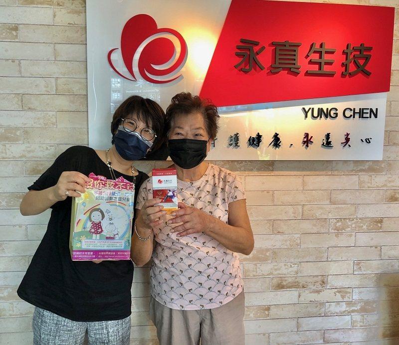 永真生技創辦人黃麗玲(左)與八十八歲高齡母親共同見證「顧欣」產品。 蔣佳璘/攝影
