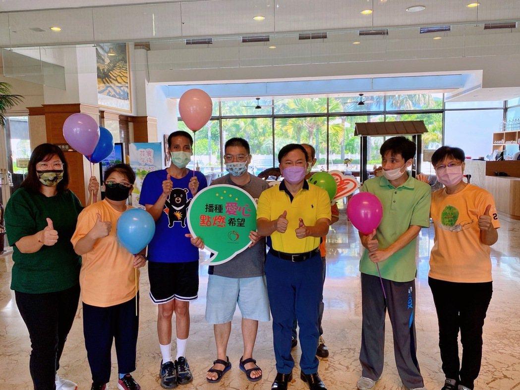 日暉渡假村董事長鄭越才(前排右三)出席活動,招待這些可愛又認真的身心障礙學員。 ...