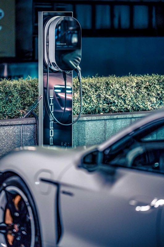 台北晶華酒店門前廣場的充電樁。 業者/提供