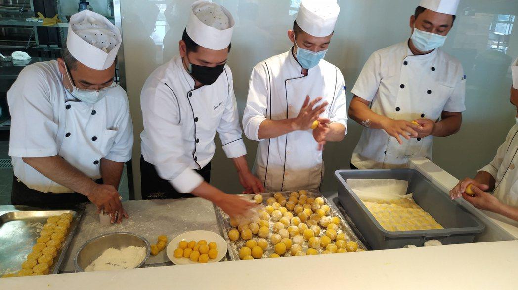 龍巖阿吉師團隊嚴選20多項食材特別製作「流心奶皇月餅」。龍巖/提供
