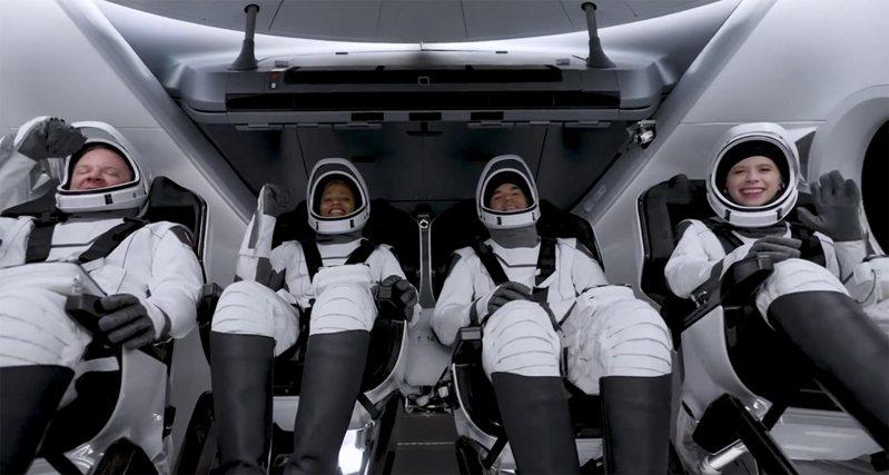 SpaceX首批太空旅客美東時間15日順利升空,展開為期3天旅程,這是一支全由平民組成的團隊,創太空旅遊業的歷史。圖/twitter Inspiration4