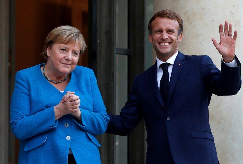 法國總統馬克宏(右)今在巴黎接待德國總理梅克爾(左),這是梅克爾卸任前最後一次以總理身分訪法。路透