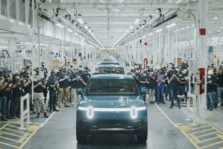 搶先Ford、GM與Tesla一步 美國首輛電動皮卡Rivian R1T下線了!