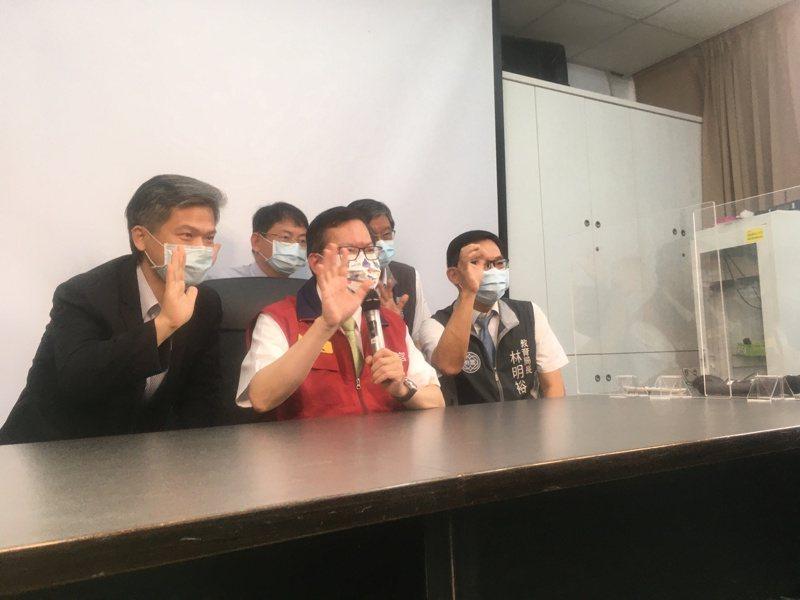 桃園市長鄭文燦(前排中)視察北科附工復課情形,透過視訊跟學生加油打氣。記者陳俊智/攝影