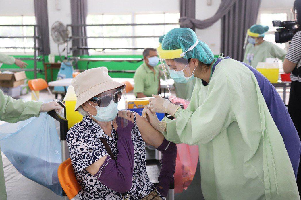 莫德納疫苗來了!嘉縣優先造冊通知為75歲以上長輩打第2劑。圖為之前疫苗接種情形。...