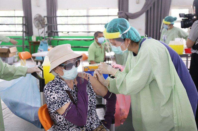 莫德納疫苗來了!嘉縣優先造冊通知為75歲以上長輩打第2劑。圖為之前疫苗接種情形。圖/嘉縣府提供