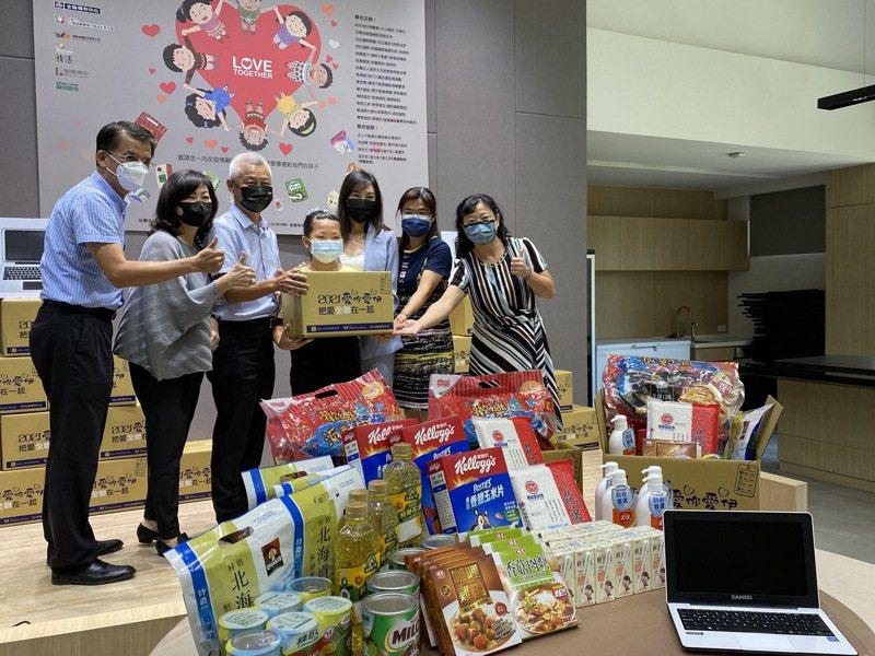 台灣行動菩薩助學協會今年受疫情影響,改舉辦「2021愛你愛伊把愛全聯在一起」活動,送偏鄉學童1200份愛心物資箱。記者趙容萱/攝影