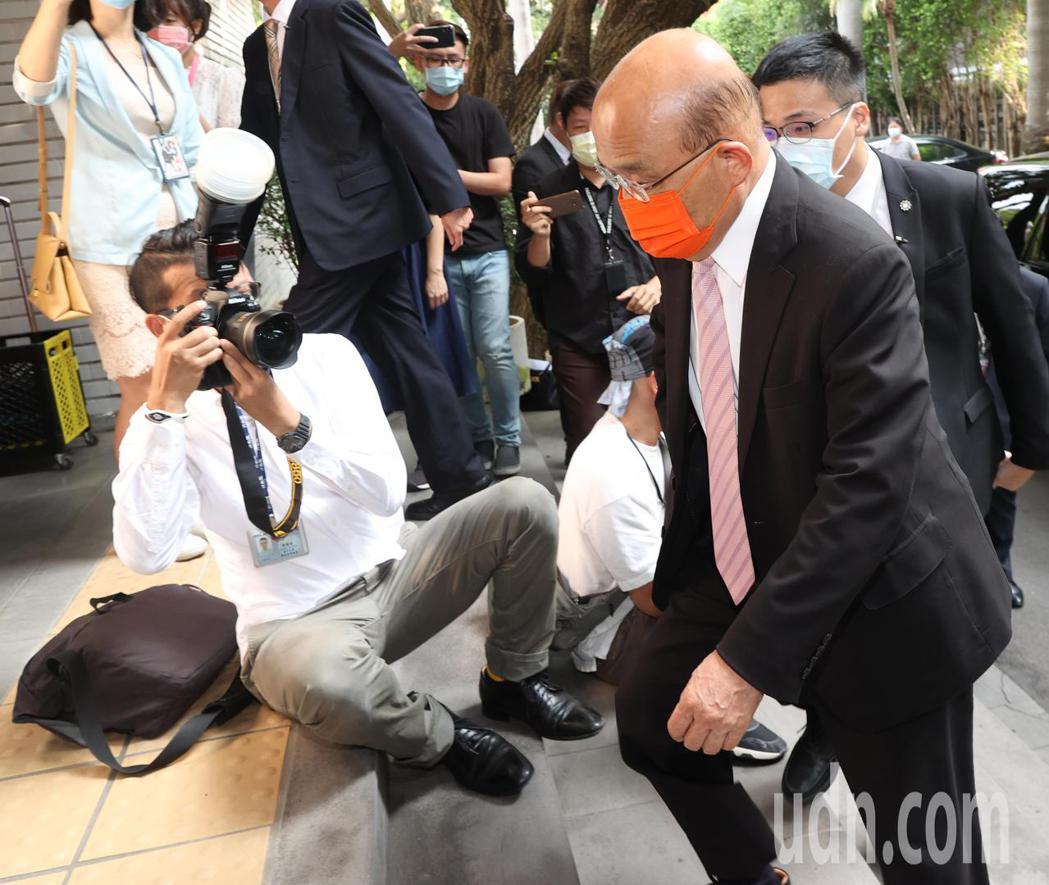 行政院長蘇貞昌(右)上午赴立法院,就國籍航空機組員隔離「3+11」決策過程專案報...