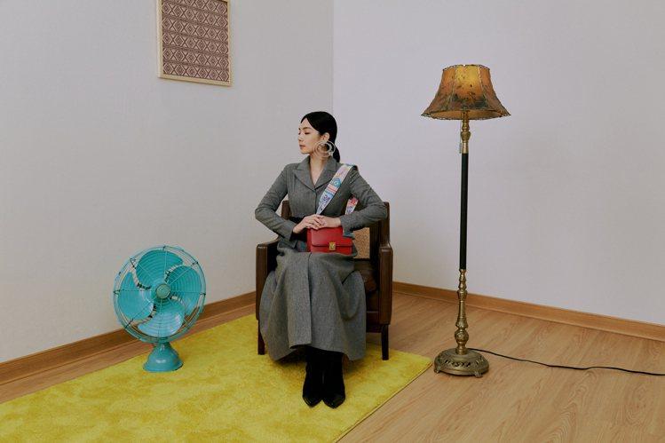 Ella陳嘉樺擔任ROBINMAY代言人,示範新包款。圖/ROBINMAY提供