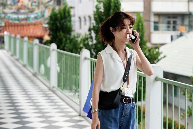 陳嘉玲在戲裡背ROBINMAY熱賣款嘉年華斜背包。圖/公視提供