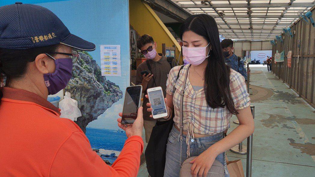 乘客可以用手機取票並掃描登船。   圖/航港局提供