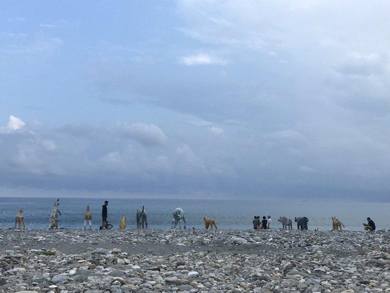 藝術家邱承宏將美崙山上的水泥動物拉到海邊展出,喚起花蓮人回憶。記者王燕華/攝影