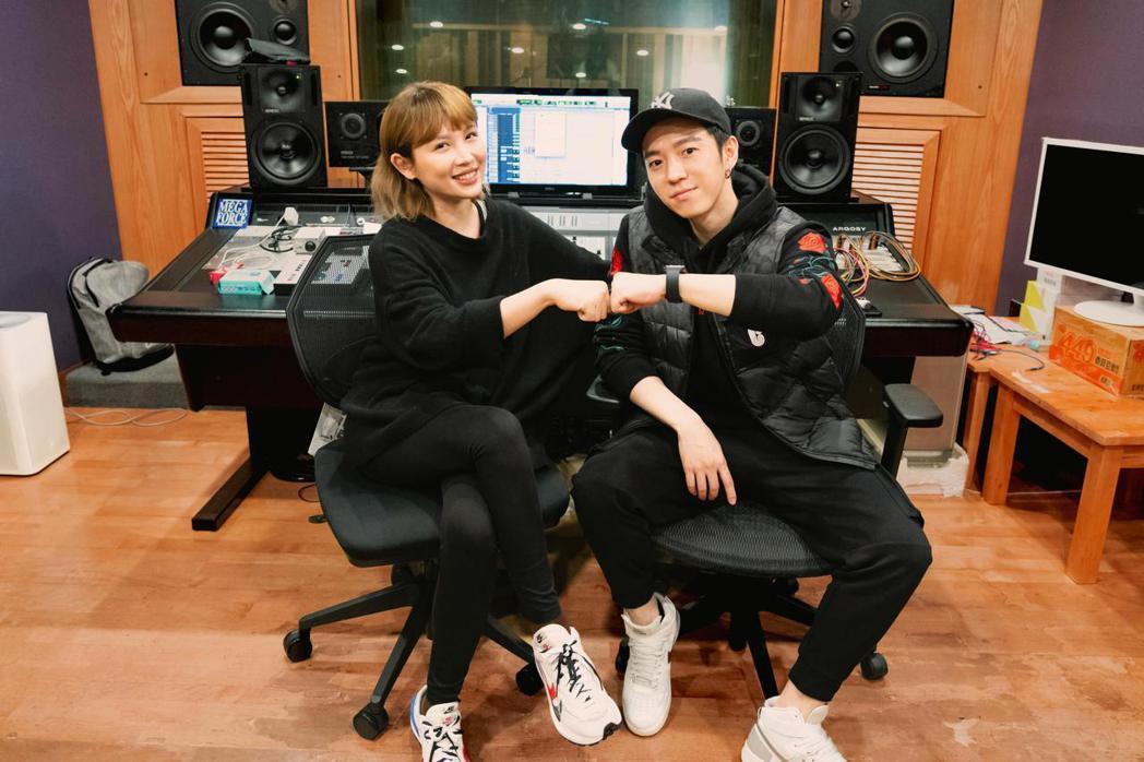 魏如萱(左)與蔣卓嘉是相識多年的共事DJ,卻是首度合唱。圖/索尼音樂提供