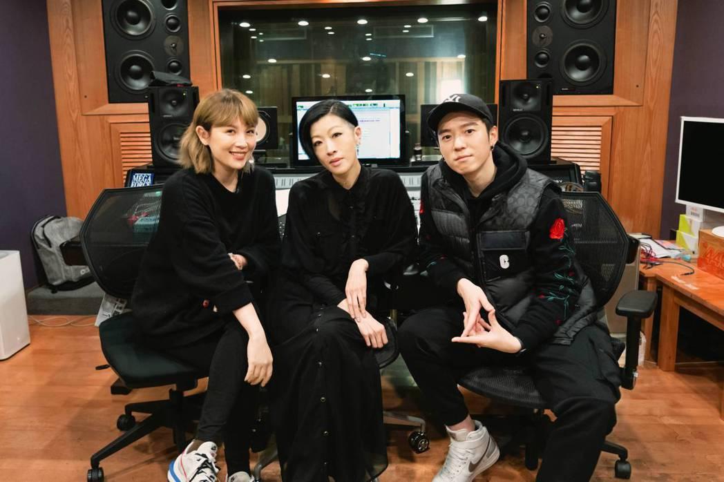 2大金曲歌后魏如萱(左起)與陳珊妮攜手助陣蔣卓嘉新歌「EY」。圖/索尼音樂提供