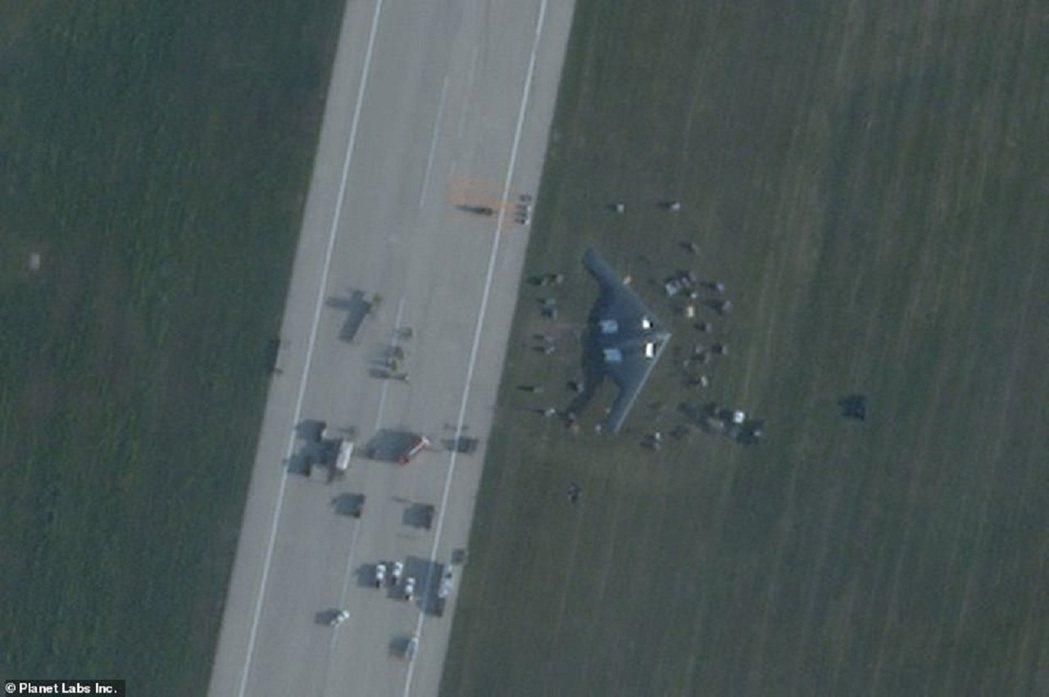 美國空軍一架B-2「幽靈」轟炸機14日清晨在密蘇里州懷特曼空軍基地進行緊急著陸,...