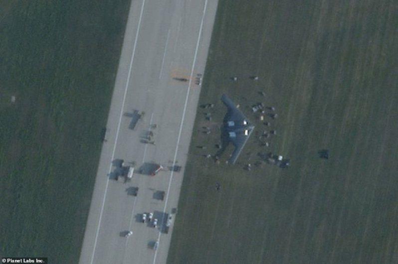 美國空軍一架B-2「幽靈」轟炸機14日清晨在密蘇里州懷特曼空軍基地進行緊急著陸,當地媒體隨後披露機體在跑道受損,衛星照片更曝光這架造價20億美元的匿蹤轟炸機迫降後衝出跑道「鏟草地」。畫面翻攝:MAILONLINE