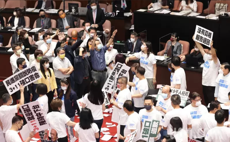 行政院長蘇貞昌今天到立法院就國籍航空機組員隔離「3+11」決策過程專案報告,由於報告未提防疫破口與向國人道歉,國民黨立委群起拿手舉牌抗議,並撕掉報告書丟向蘇貞昌。記者潘俊宏/攝影