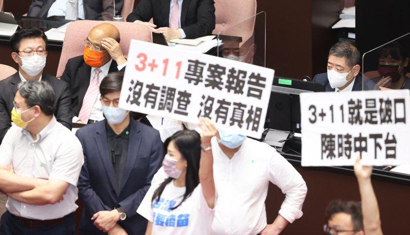 行政院長蘇貞昌(後排左三)今到立院針對「3+11」決策過程專案報告,由於報告未提防疫破口與向國人道歉,國民黨立委群起拿手舉牌抗議。記者潘俊宏/攝影