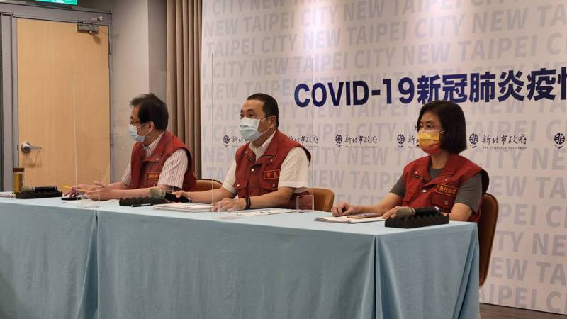新北市長侯友宜(中)表示,新北市總計配發到4.5萬劑莫德納疫苗。記者江婉儀/攝影